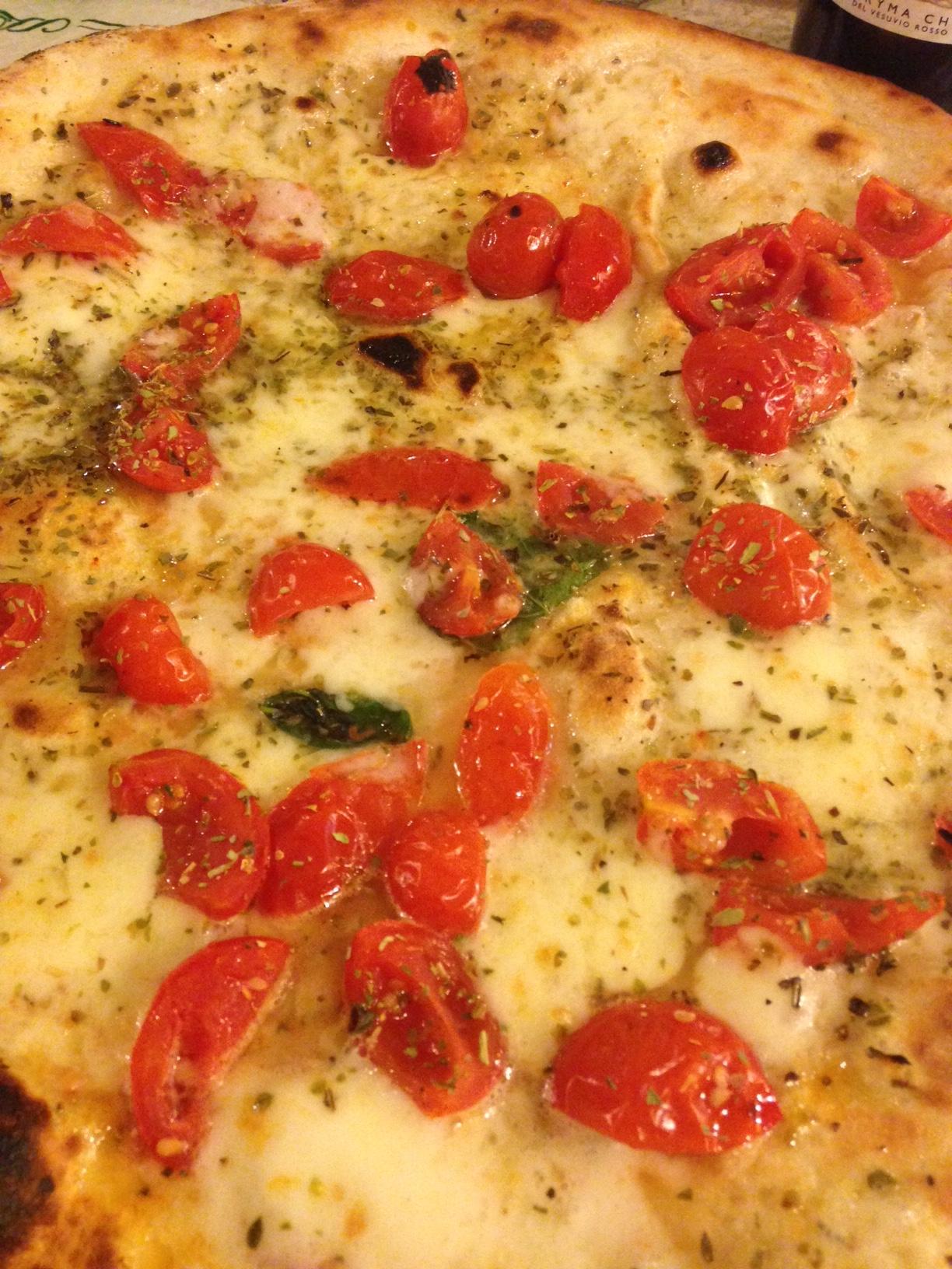 Meine Lieblingspizzeria in Neapel. Die Pizzeria Trianon bietet auf zwei Etagen genug Platz und ein rustikales Ambiente.