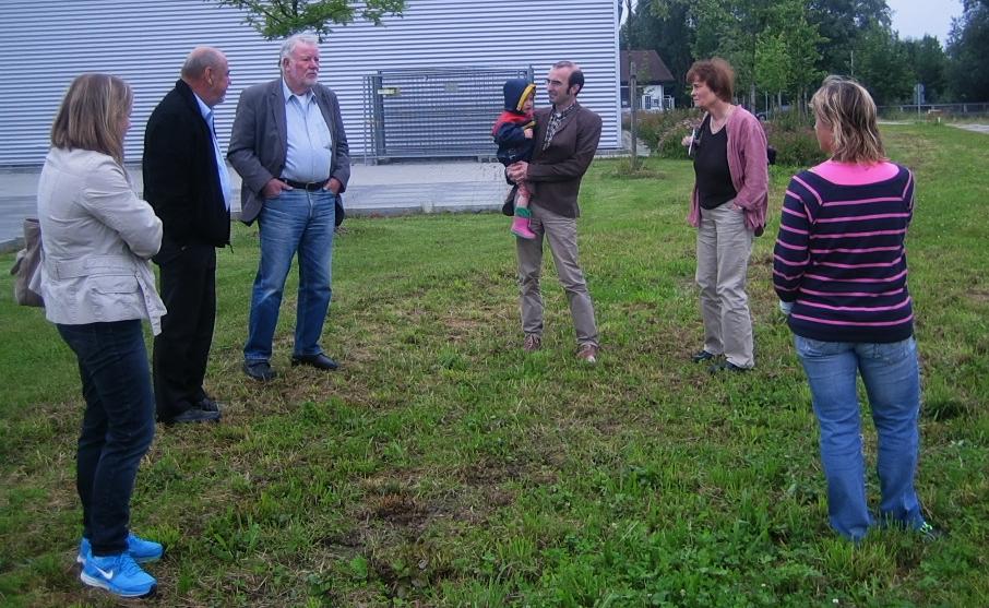 Bürgermeister Siegfried Luge (2. von links) erzählt die Entstehungsgeschichte des Dorfladens Eching am Ammersee