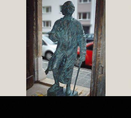 """""""Willibald Gluck""""; Bildhauerin: Anna Chromy; Standorte: Nürnberger Versicherung und Willybald-Gluck-Gynasium Neumarkt"""