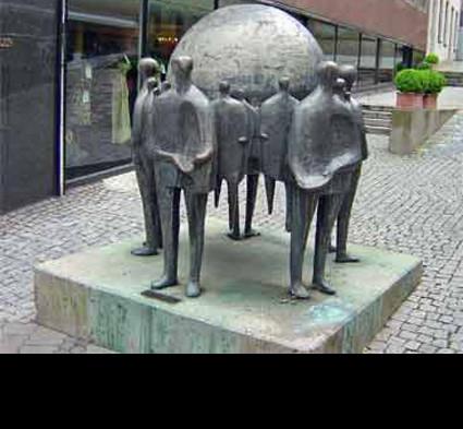 """""""Welthandel"""" 1972; Bildhauerin: Rossner-Böhnlein Hella; Standort: Nürnberg, Kaiserstraße; Guß: Franz Jahn, Heinrich Lenz"""