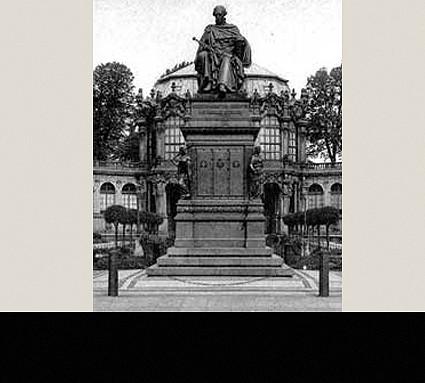 König Friedrich-August-Denkmal, 1843; Standort: Dresden, bis 1929 Dresdner Zwinger, jetzt beim Jap. Palais; Bildhauer: Ernst Rietschel; Guß: Daniel Burgschmiet