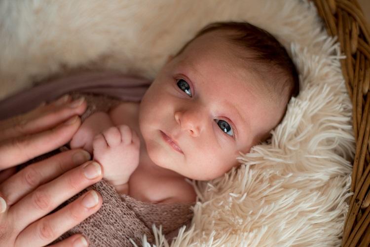 Neugeborenes Mädchen Fotoshooting