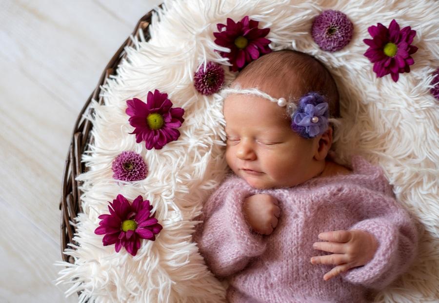 Mädchen Newbornfotoshooting Blumen