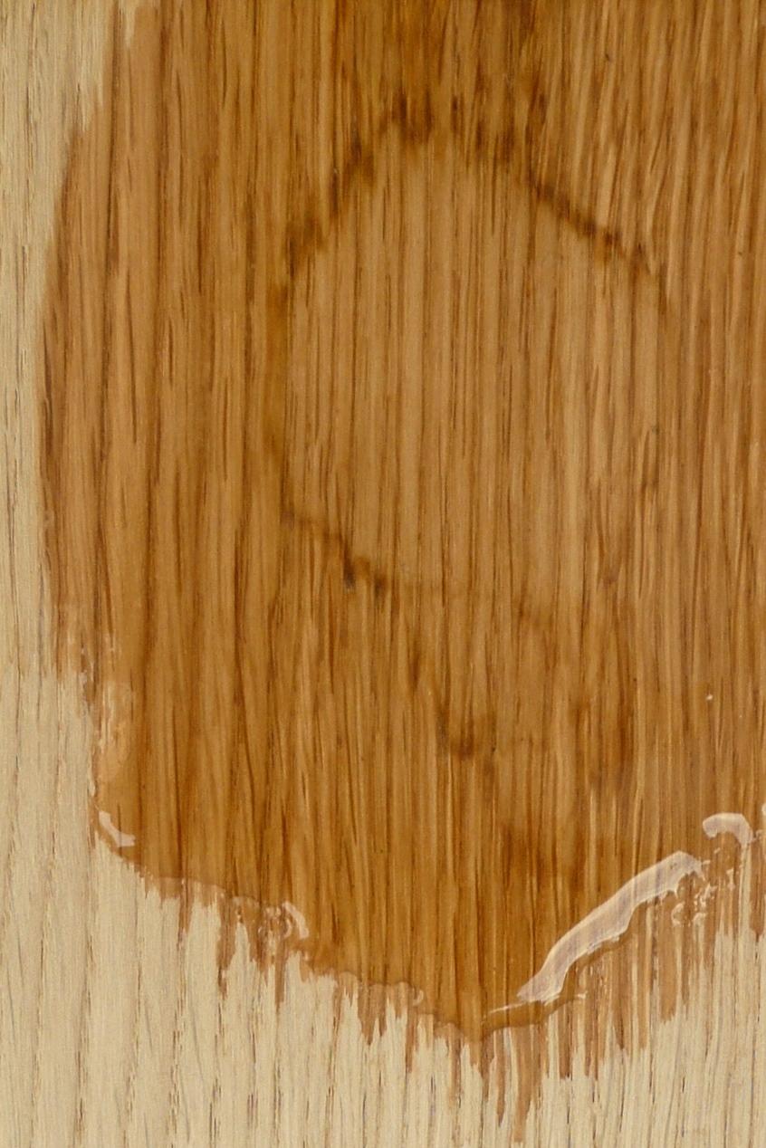 Die Verfärbung auf dem Rohholz wird mit Oxalsäure getränkt