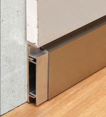 Flächenbündige / wandbündige Sockelleiste Aluminium mit Schattenfuge, Variante mit Edelstahlaufdoppelung
