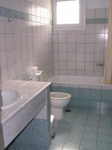 exemplarisches Badezimmer, mit Haarfön und Pflegeprodukten