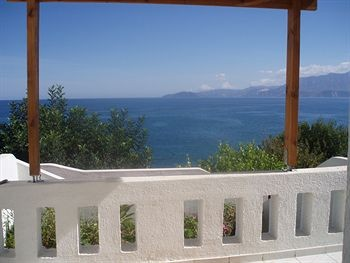 Blick von einer Terrasse auf das Meer