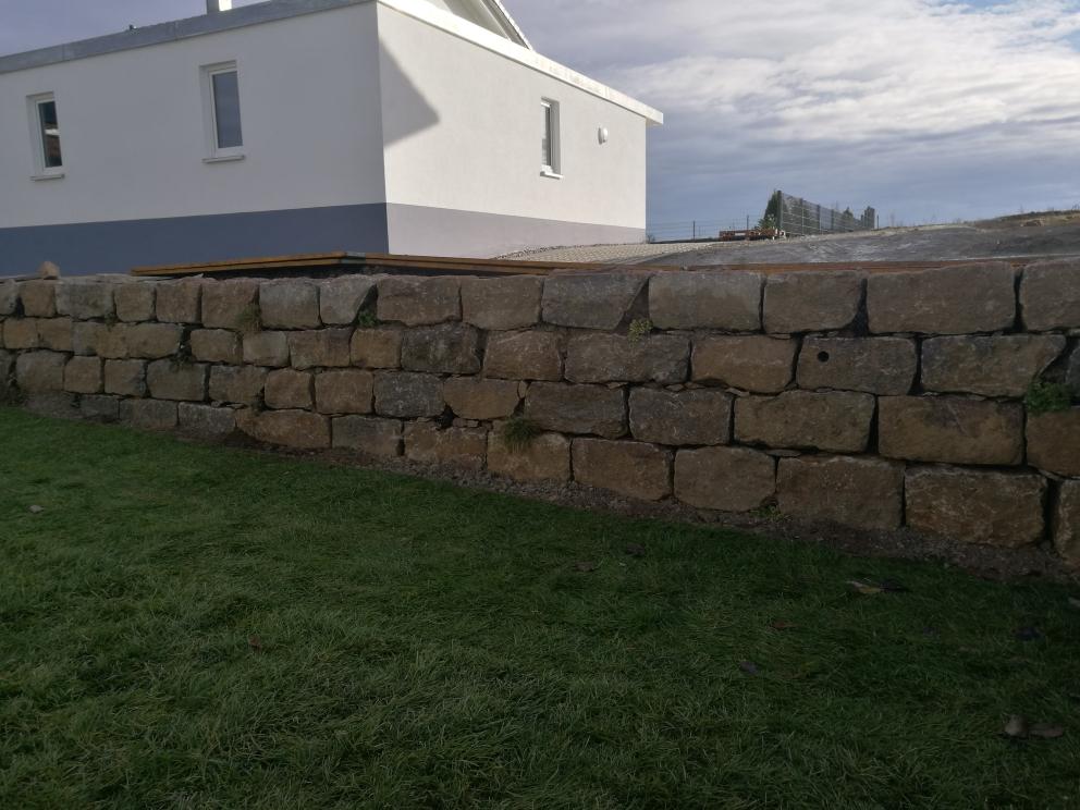 Trockenmauer aus 20er Würzburgern mit Steinfugenstauden