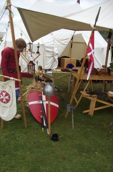 Johannes zu Ottenhusen bei den Rüstungen und Waffen von Bruder Norbert