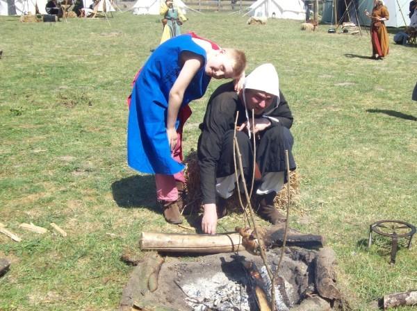 Johannes zu Ottenhusen und Bruder Norbert am Feuer