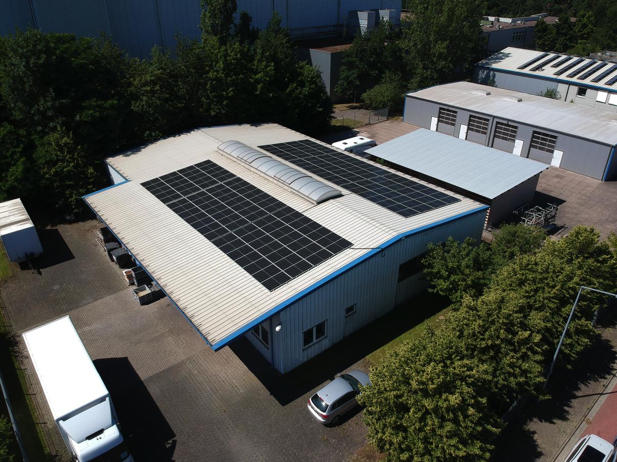 Installation von Photovoltaik Modulen