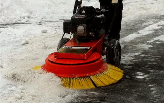 Turbobesen 902 Honda Industriemotor beim Schneekehren