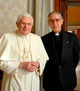 """Adolfo Nicolas, Supremo Comandante dei Gesuiti, """"Il Papa Nero"""" (a destra)Papa Benedetto XVI, """"Il Papa Bianco"""" (a sinistra), agli ordini del Supremo Comandante dei Gesuiti."""