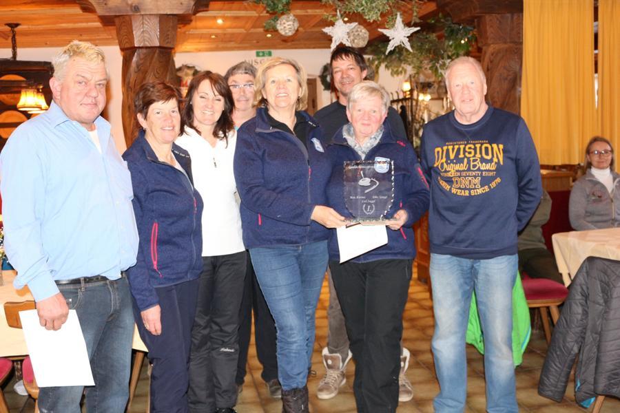 Das siegreiche Damenteam des EC Reith mit Thomas Zaggl (rechts aussen)