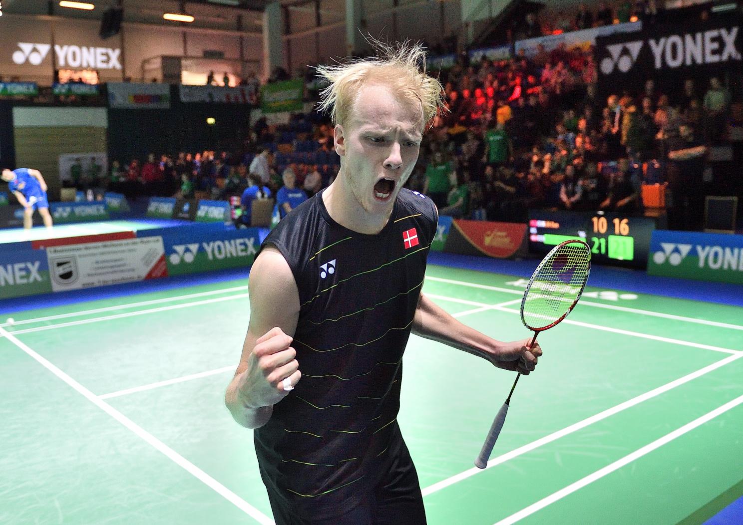 bevor Emil Holst dann der Riesencoup gelang. 21:10 und 21:16 gegen Superstar und Seriensieger Lin Dan! Damit gehen die German Open ohne den großen Chinesen weiter.
