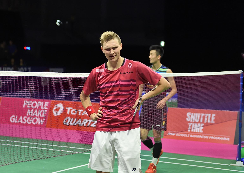 Ist das gerade wirklich passiert? Viktor Axelsen deklassierte Chen Long mit 21:9 und 21:10 im erste Halbfinale des Tages und steht damit erstmals im WM Finale.