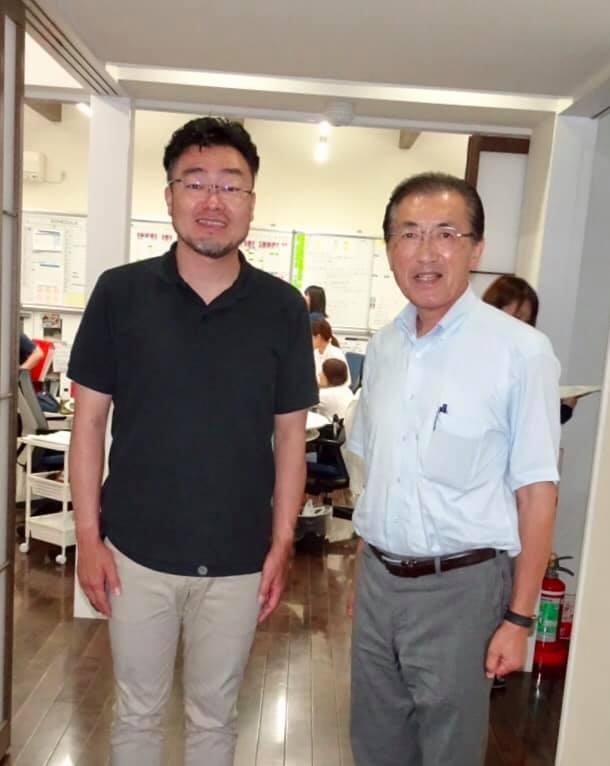 訪問終了後、オフィス前で岩野先生とツーショット