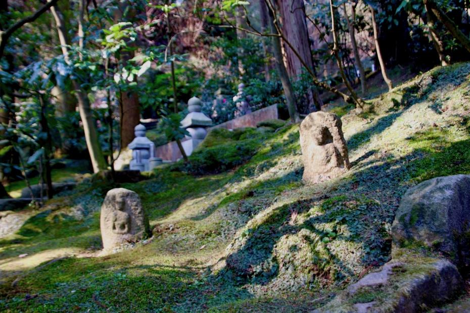 著名人が多く眠る墓苑(東慶寺)