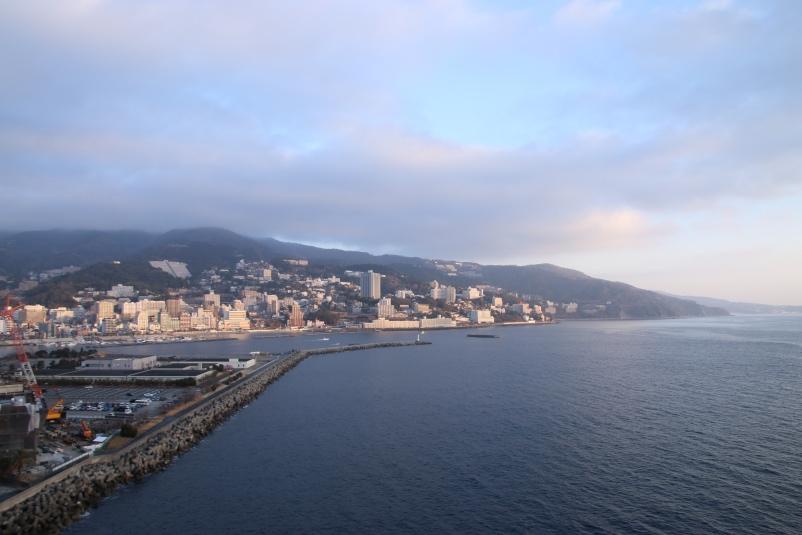 朝陽に染まる熱海の街