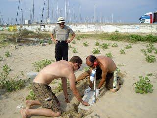 Miquel, Curro i Gerard col.locant la primera pedra.
