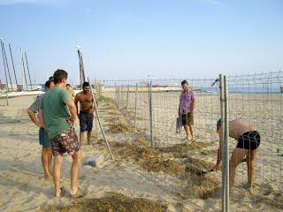 David, Jordi, Javi i Thomas, supervisant a Xavier en l'acte de tancament final del recinte.