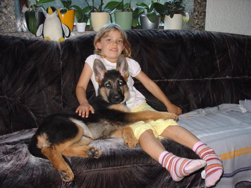 Xenia ist voll ins Familienleben integriert. Schmusestunde auf dem Sofa, was kann denn schöner sein