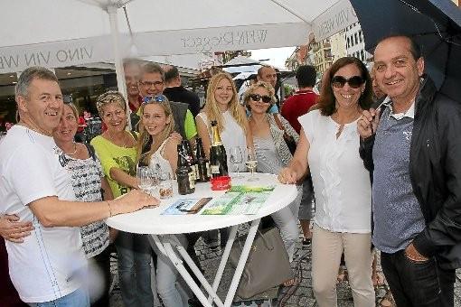Das elfte Weinfest des Lions-Clubs Villingen war schön, aber wettertechnisch nur suboptimal. Die Gäste ließen sich die Laune von gelegentlichen Regenschauern aber nicht vermiesen.Foto: Schwarzwälder-Bote
