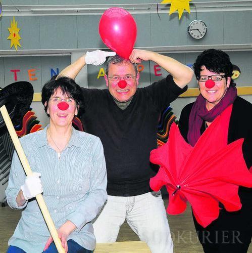 """Die Macher des Clownicals, von links Birgit Mittermeier vom Freizeittreff """"i-Tüpfele"""", Zirkusdirektor Heinrich Greif und Heidi Popko von der Rentnerbänd, freuen sich schon auf die Aufführung des Clownicals am 25. April.  Bild: sprich"""