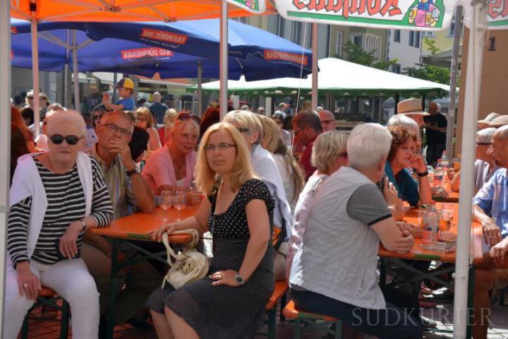 Beim Weinfest genießen die Gäste über Stunden hinweg die schöne Atmosphäre in der Stadtmitte.