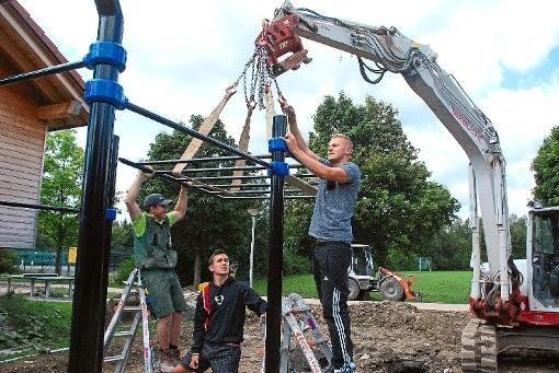Ehrensache, dass Stanislav Hahn und Jan Kartapolow (von rechts) beim Aufbau des Street Workout Parks gemeinsam mit dem Team des Unternehmens Wildi mit anpacken. Foto: Spitz
