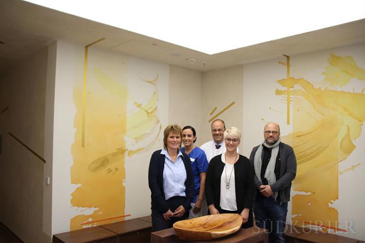 Die Aufnahme zeigt die drei Initiatorinnen Eva-Maria Säger, Francisca Kurz und Jasmin Erichsen (von links) sowie Matthias Henschen, den Chefarzt der Kinderklinik (hinten) und Künstler Tobias Kammerer aus Rottweil (rechts). Bild: Eberhard Stadler