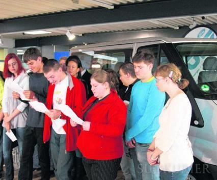 Einige der Schüler der Berufsvorbereitenden Einrichtung bedanken sich mit eigens vorbereiteten Reden bei den Mitgliedern der Lions für den geschenkten Kleinbus.  Bild: Fein