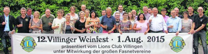 Die Mitglieder der Lionsclubs und der helfenden Vereine stoßen schon mal an und freuen sich jetzt auf viel Arbeit und ein hoffentlich gutes Ergebnis beim 12. Villinger Weinfest. Bild: Rüdiger Fein