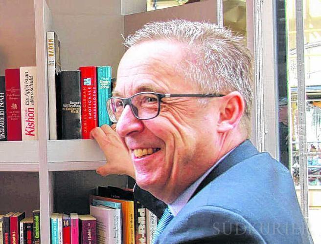 Robert Göhring vom Lions Club Villingen freut sich, dass der Bücherpavillon in der Oberen Straße von allen Altersklassen so gut angenommen wird. Bild: Fein