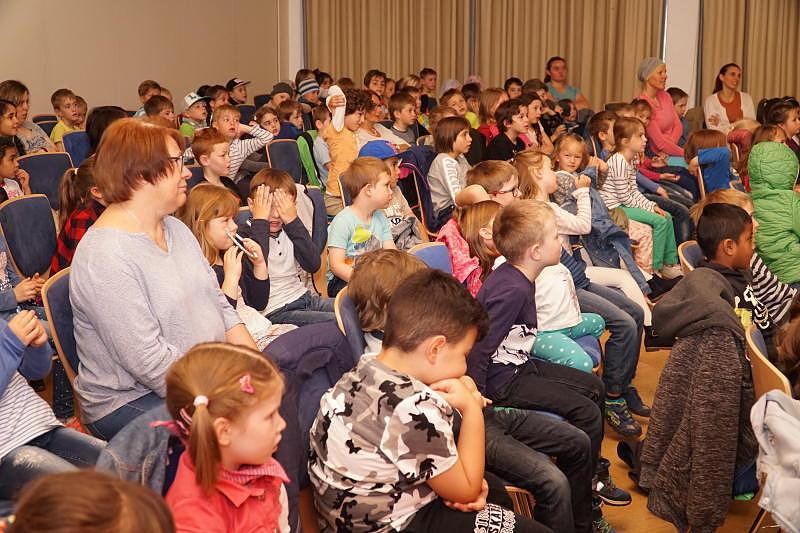 Rund 120 Kinder aus vier verschiedenen Kitas und Schulen, die von zehn Pädagogen betreut werden, sind am Dienstag im Fidelisheim mit dabei. Bilder: Rüdiger Fein
