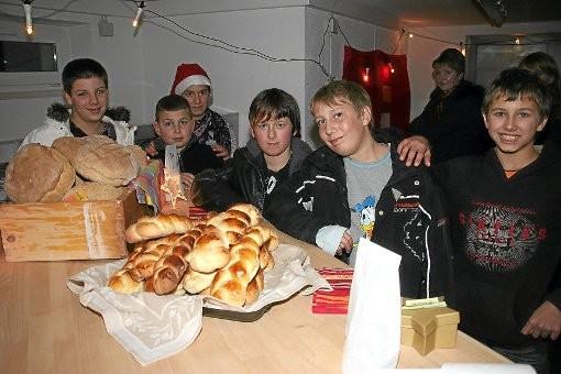 Die Schüler aus dem Nikolaus-Gross-Haus in der Villinger Zwergsteigstraße haben in ihrem eigenen Backhaus Brot und Hefezopf gebacken. Das Backhaus ist dank des Engagements der Lions-Clubs in Betrieb. Foto: Heinig
