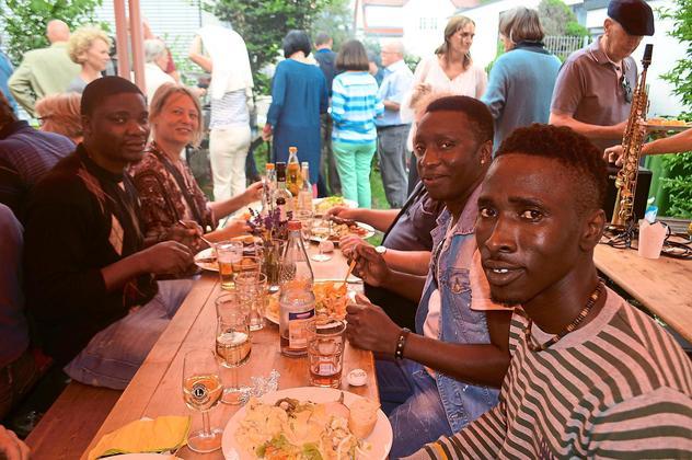 """Das """"german barbecue"""" schmeckt den Gästen aus Gambia. Sie fühlen sich unter den Helfern sichtlich wohl. (Foto: Kratt)"""