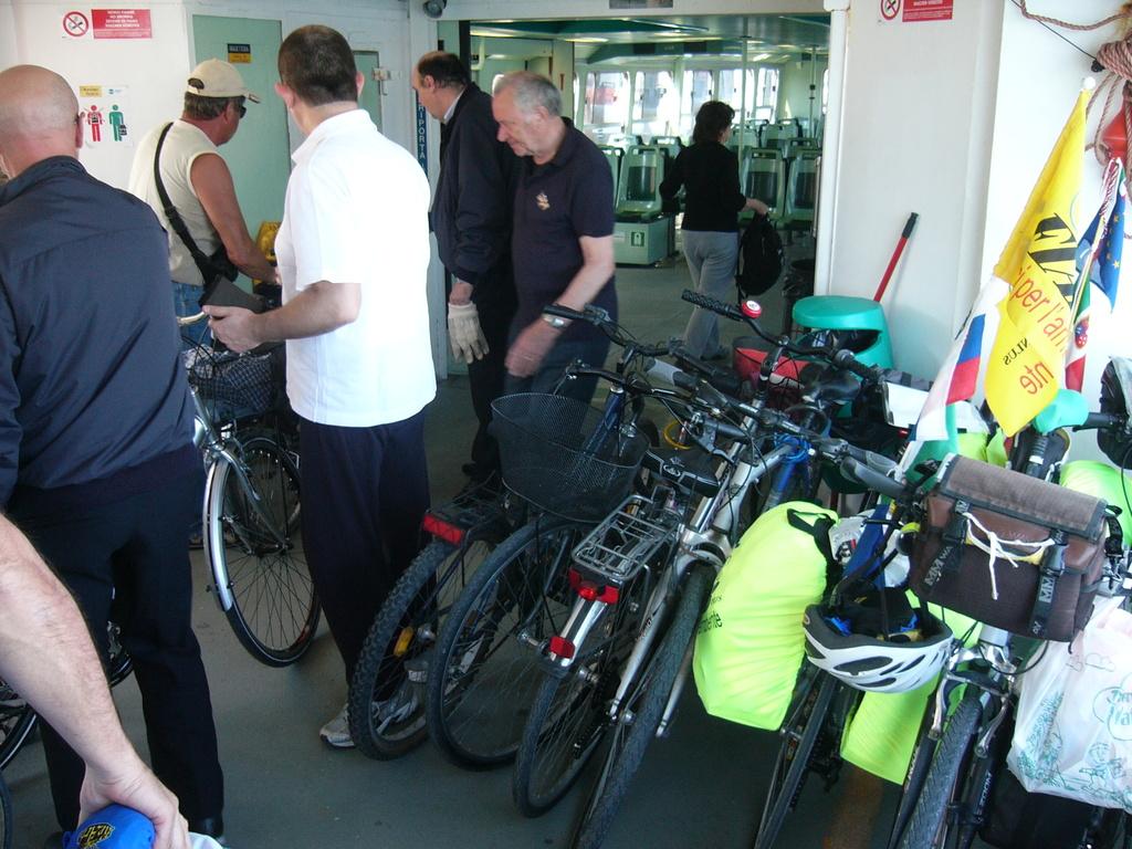 Stivaggio delle bici sul traghetto a Chioggia per Pellestrina