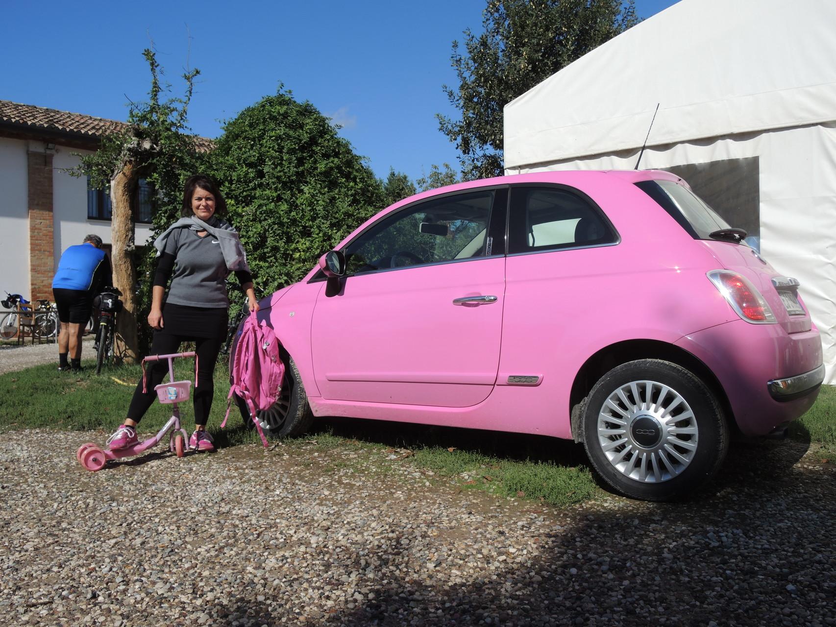 la Socia Mariani col coordinato tutto in rosa