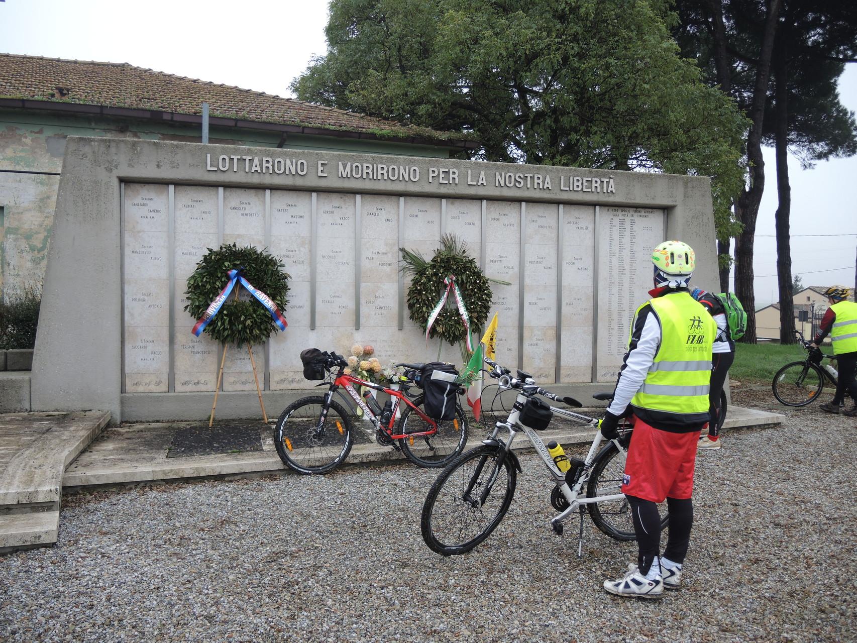 """Camerlona Cimitero di Guerra del Gruppo di Combattimento """"Cremona"""", uno dei primi del ricostituito Esercito Italiano"""