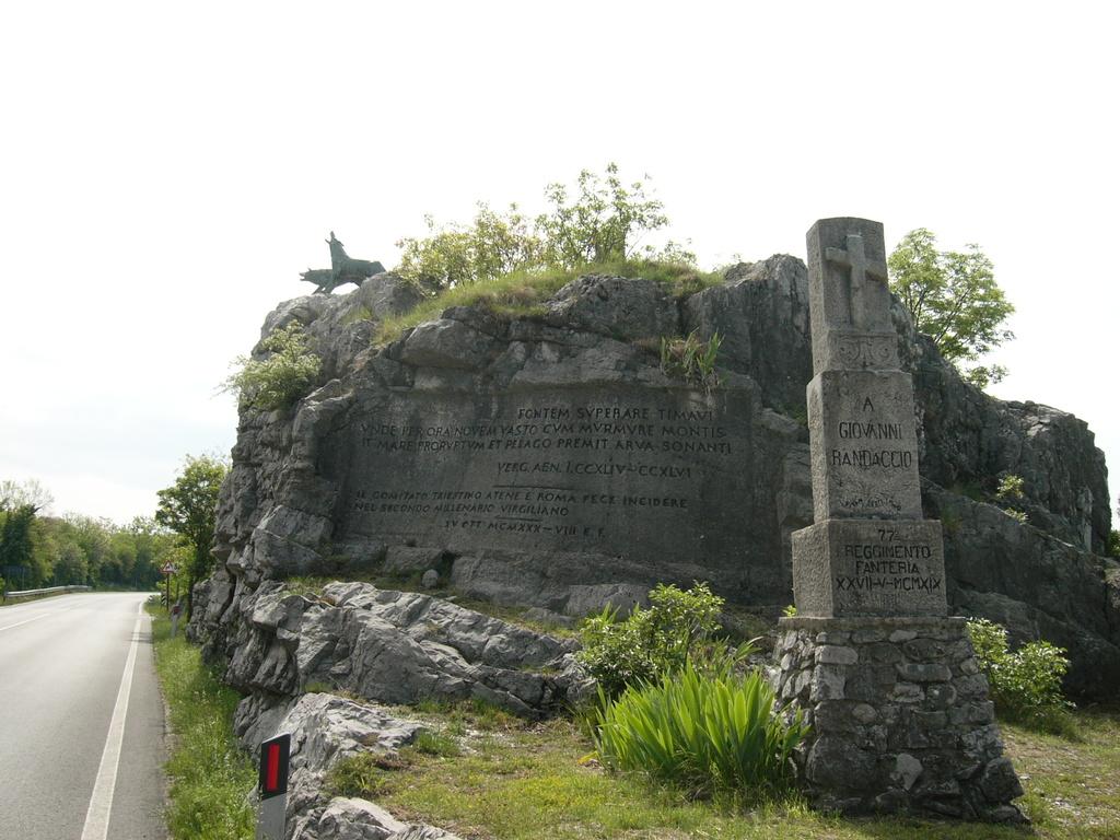 Monumrnto ai Caduti sulla statale per Trieste