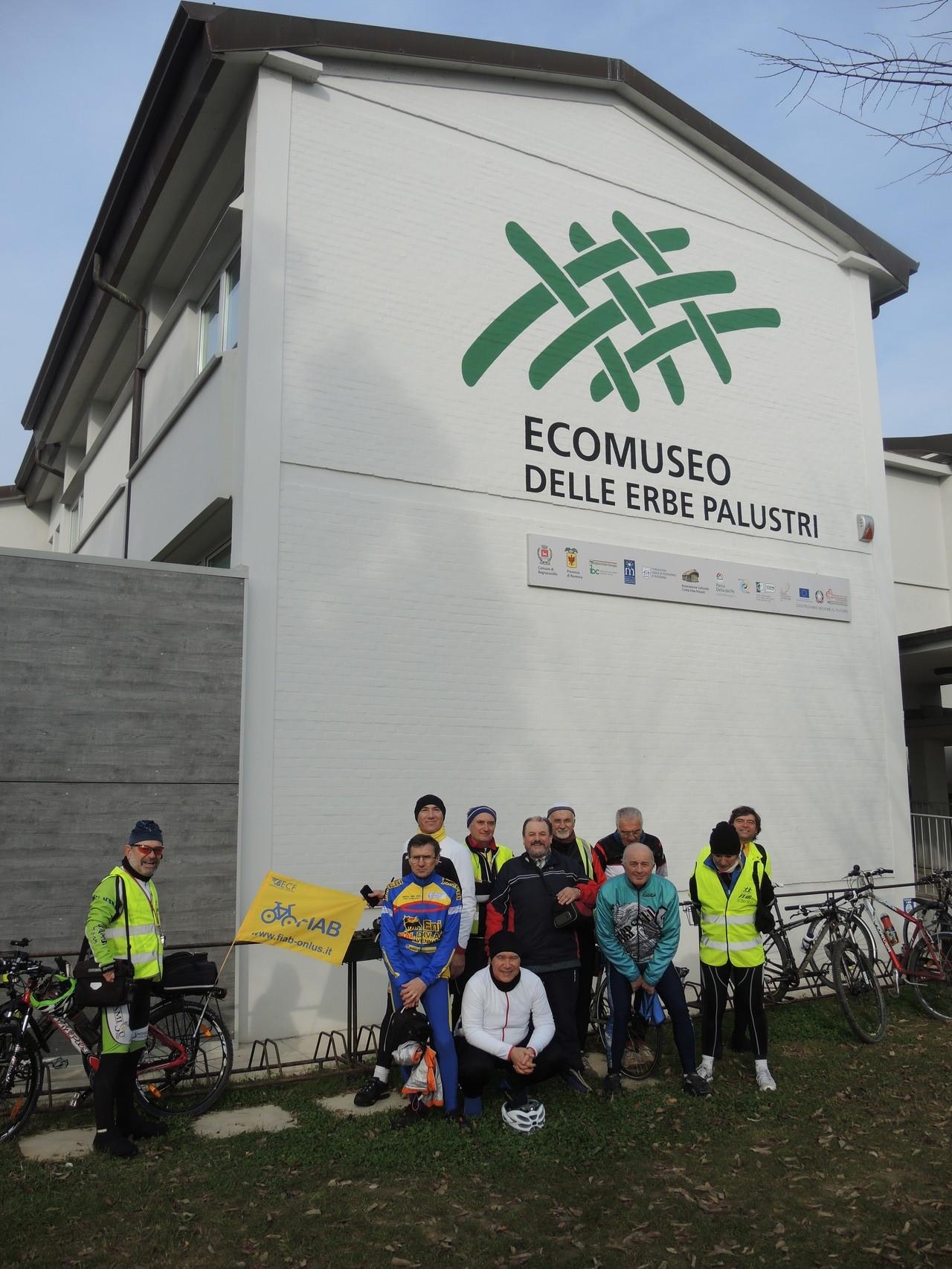 foto di gruppo all'ingresso dell'Ecomuseo