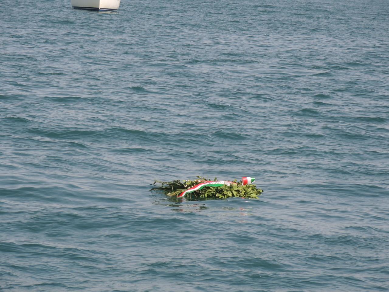 la corona in onore dei caduti in mare