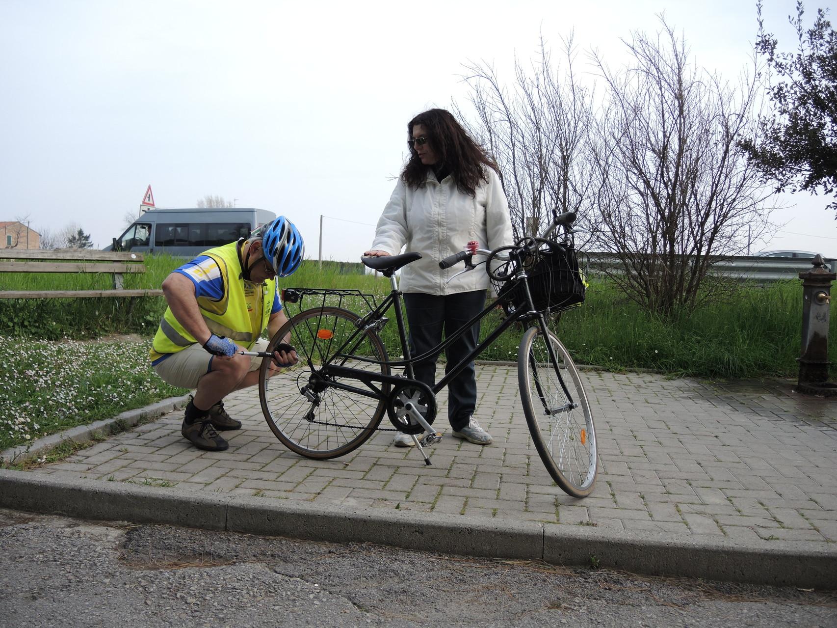 Ecco cosa succede a non avere con sé l'attrezzatura per riparare una foratura, per di più la bici non ha lo sgancio rapido sul mozzo, quindi serve una chiave apposita. Anche in presenza di una camera d'aria offerta da qualcuno, non si rimedia
