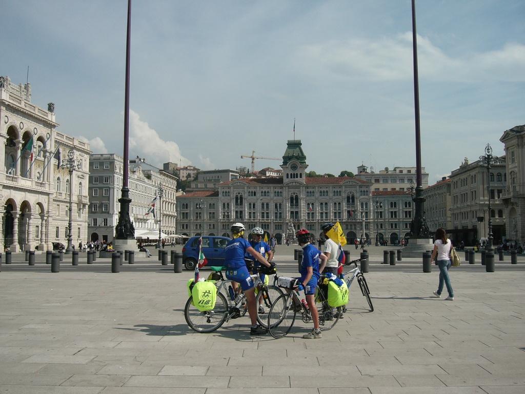 Il gruppo in P.zza Unità d'Italia a Trieste