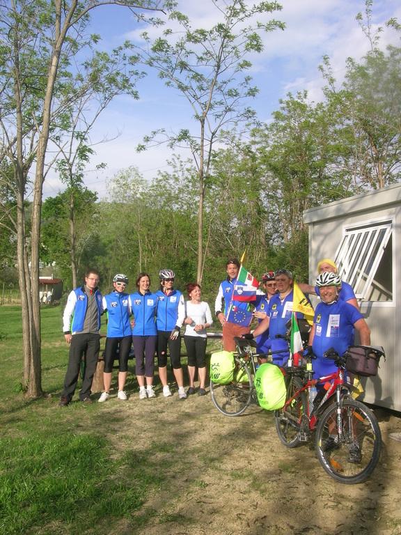 Gruppo presso il costruendo ristoro sulla ciclabile Parenzana