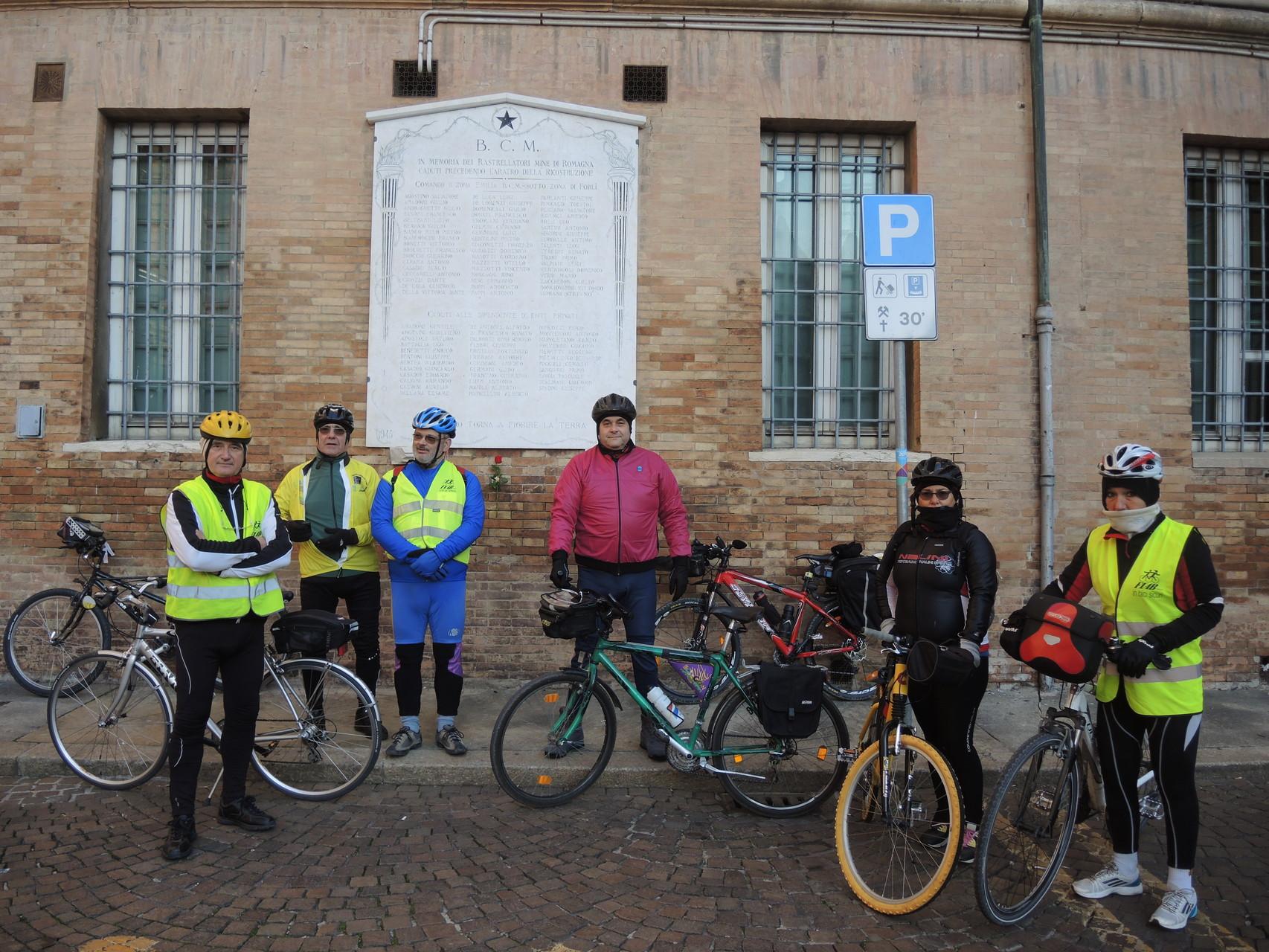 Piazza Garibaldi a Ravenna, Lapide a ricordo degli sminatori civili e militari caduti in servizio