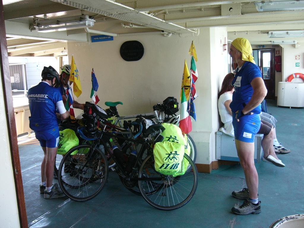 Stivaggio delle bici sul traghetto a Lido per Punta sabbioni