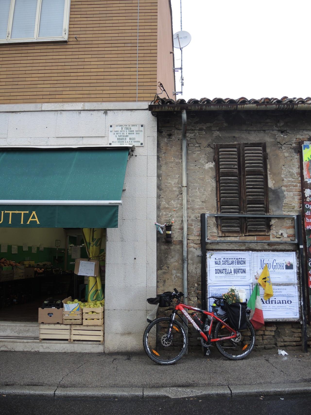 Lapide a ricordo del partigiano Romolo Ricci nella piazzetta del Borgo San Rocco