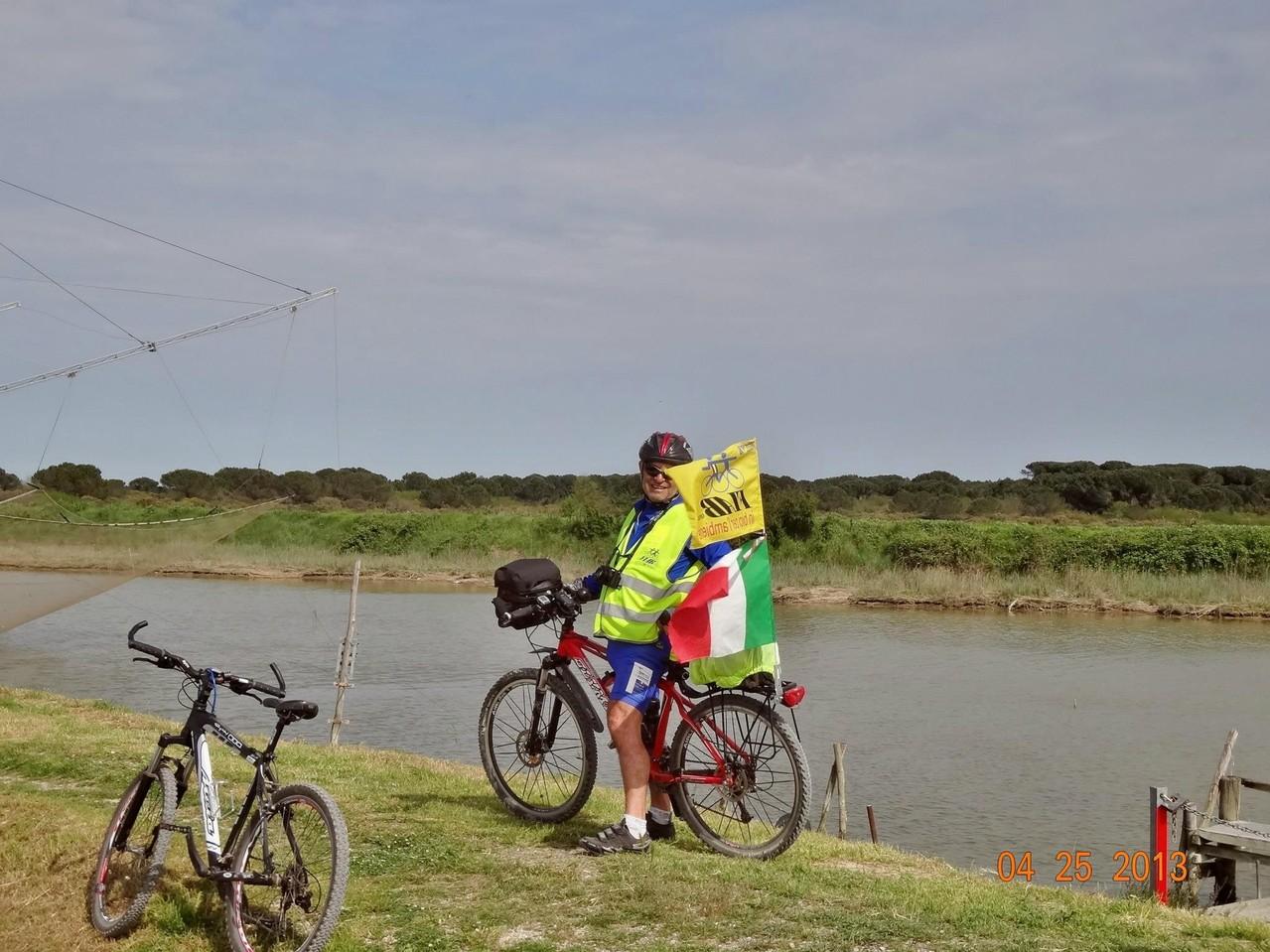 """bandiere al vento sull'argine del fiume Bevano alla """"Bassona"""""""